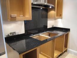 Đá hoa cương ốp bề mặt bếp mầu đen bóng