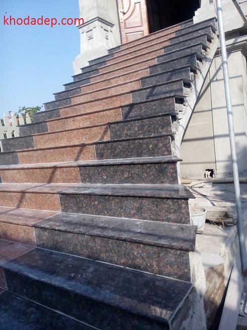 Cầu thang 888 kết hợp đá hoa cương đen và đỏ