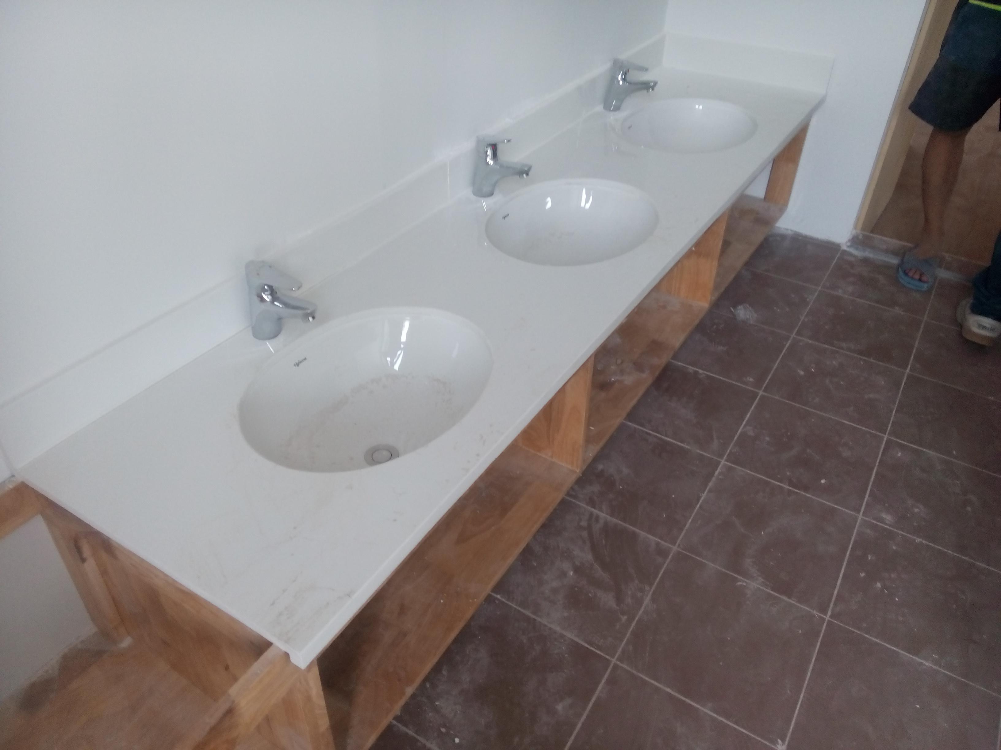 Đá hoa cương trắng sứ dùng ốp lát lavabo