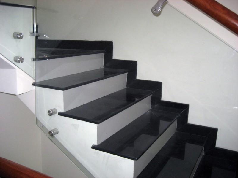 đá cầu thang đen trắng